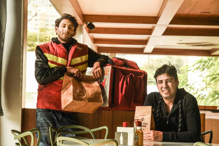 O entregador Adriano Gravini e empresário Marcus Temperani, em unidade da lanchonete, Dizzy, na zona norte de São Paulo