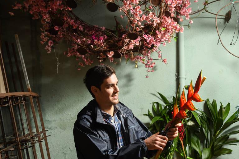 Felipe Oliveira, em sua floricultura Boutique de Flores, especializada em decoração, na capital paulista