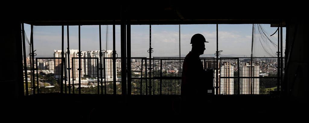 Funcionário na obra do empreendimento The House São Francisco, da construtora Ekko Group, na Vila Yara, em Osasco