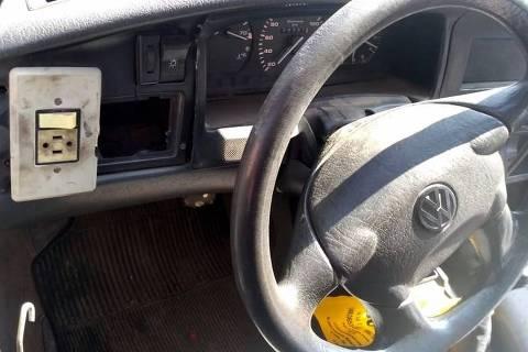SANGAO,SC - 16/08/2019 - A polícia localizou um carro abandonado, na manhã desta sexta-feira (16), na região da cidade de Sangão, em Santa Catarina. O que mais chamou a atenção foi que no painel do Volkswagen Santana havia um interruptor de luz doméstico. (Foto:Divulgação/PRF)