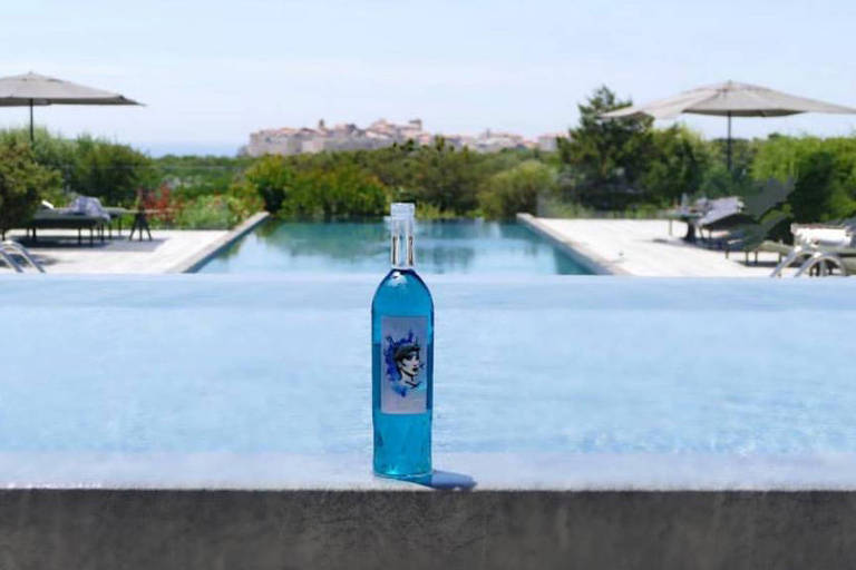 """Garrafa de """"vinho azul"""""""