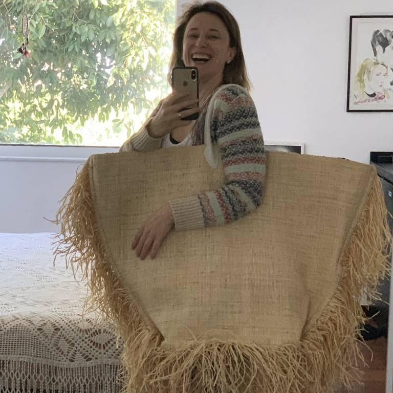 Paula Braun mostra a bolsa gigante que o filho de quatro anos comprou pelo celular dela