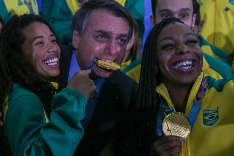 Presidente Jair Bolsonaro morde medalha em recepção a medalhistas dos Jogos Pan-Americanos Lima 2019