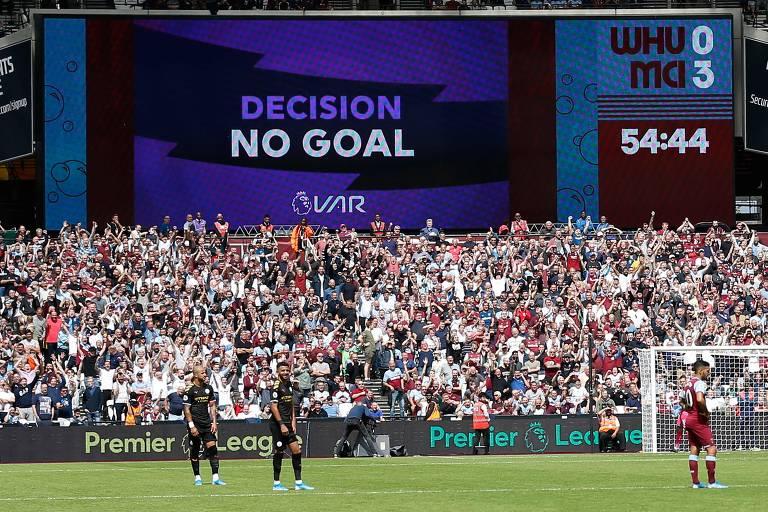 Telão no estádio Olímpico de Londres mostra que gol de Manchester City foi anulado pelo VAR