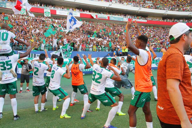 Jogadores comemoram vitória de 3 a 0 contra o Caxias (RS), no dia 20 de julho, pelas quartas de final da Série D do Brasileiro, na Arena da Amazônia