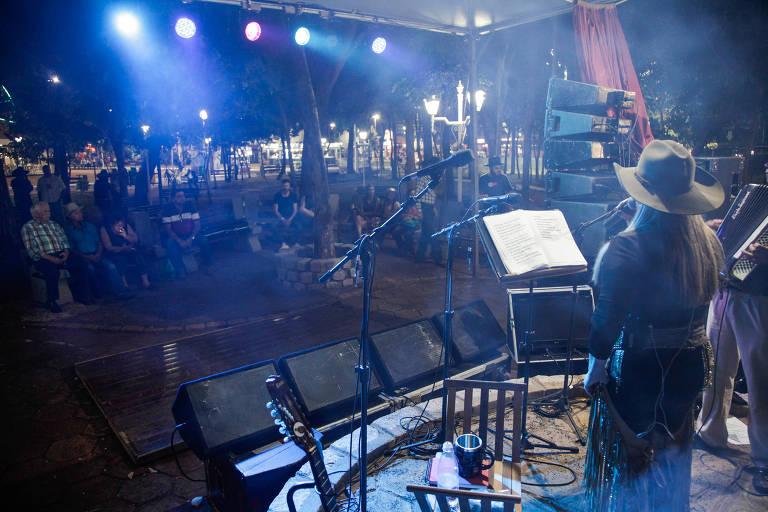 Helenice Cunah se apresenta no palco raiz sertaneja na festa do peão