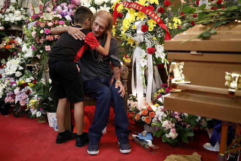 Antonio Basco, marido de Margie Reckard, vítima do tiroteio de El Paso, cumprimenta pessoas que foram ao velório de sua esposa