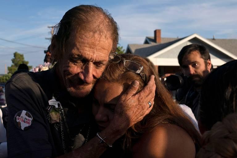 Centenas de pessoas vão a enterro de vítima de El Paso