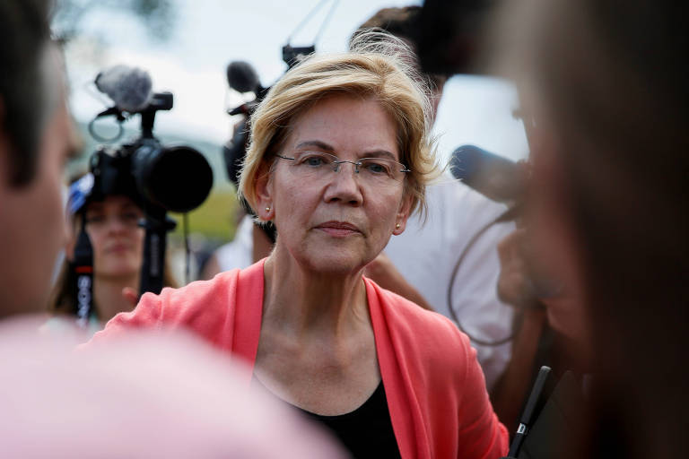 Pré-candidata à eleição presidencial de 2020, a senadora democrata Elizabeth Warren fala com jornalistas após evento de campanha em Franconia, New Hampshire, nos EUA, em 14 de agosto de 2019.