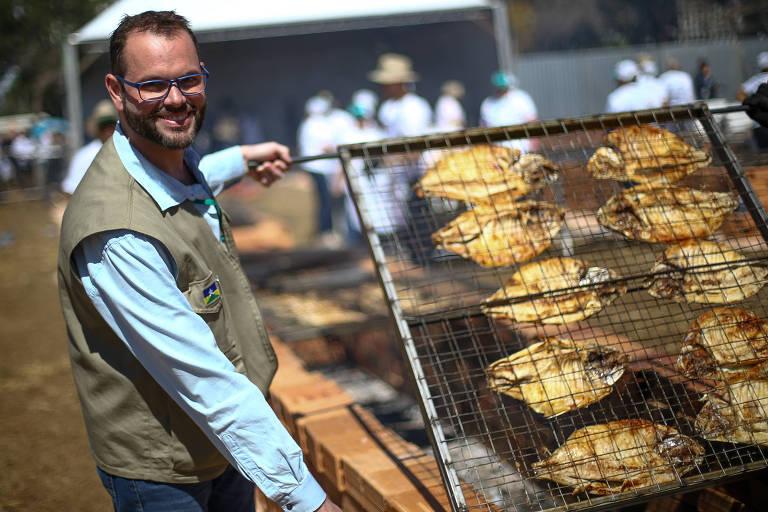 O secretário da Pesca, Jorge Seif Jr., durante evento em Brasília em que distribuiu peixe assado, no dia 7