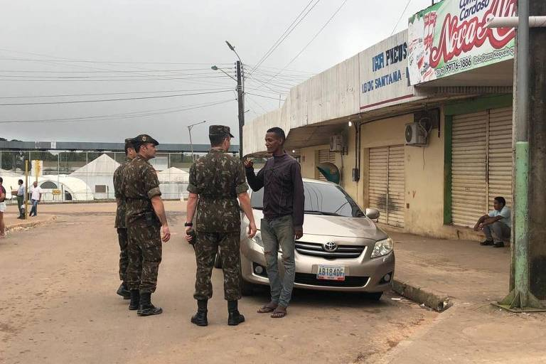 Oficiais abordam imigrante venezuelano nas ruas de Pacaraima