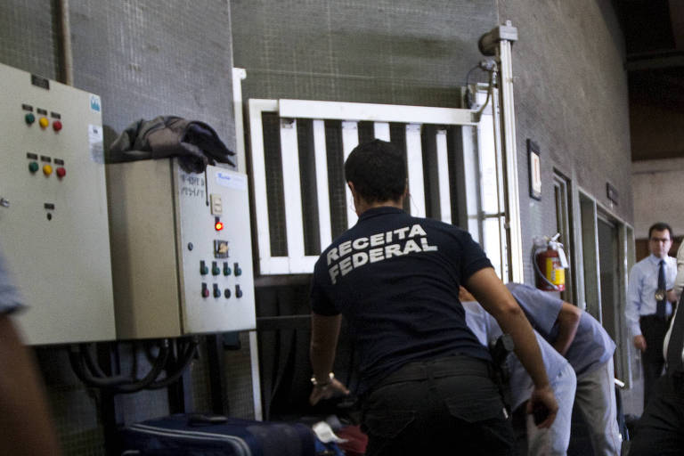 Trabalho de fiscalização da Receita Federal em Guarulhos (SP)