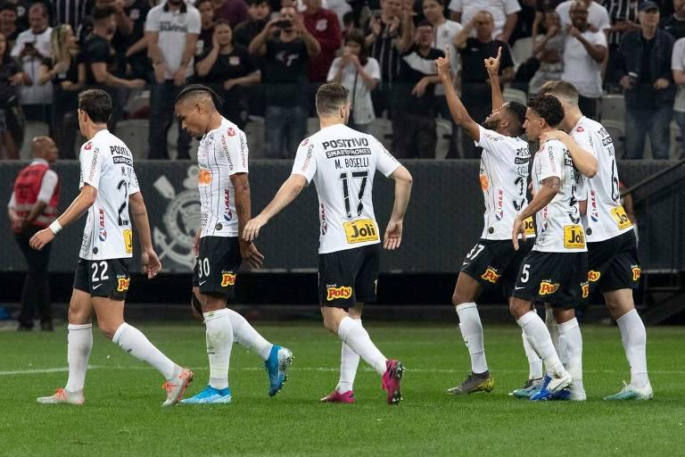 Everaldo comemora gol na vitória do Corinthians sobre o Botafogo