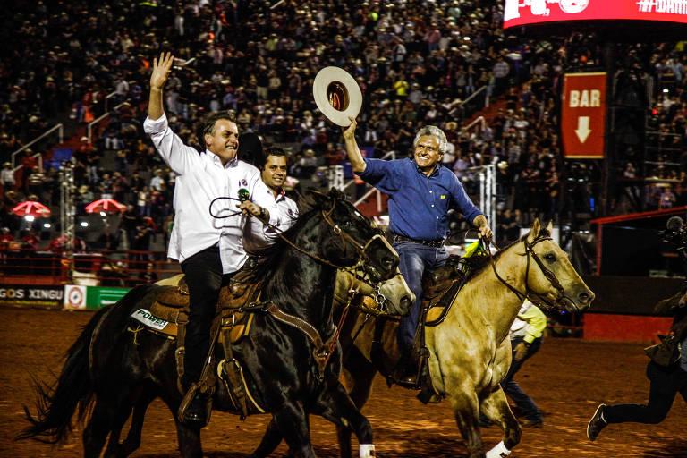 Presidente Jair Bolsonaro e Ronaldo Caiado andam a cavalo na festa do peão de Barretos