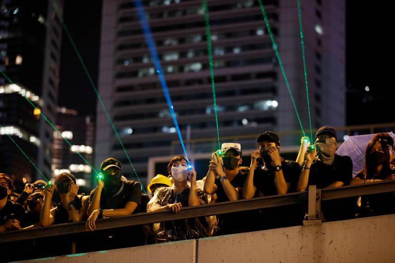 pessoas com laser na mao