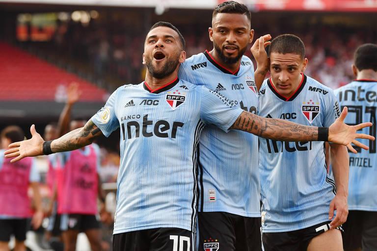 Daniel Alves comemora o gol na vitória do São Paulo sobre o Ceará