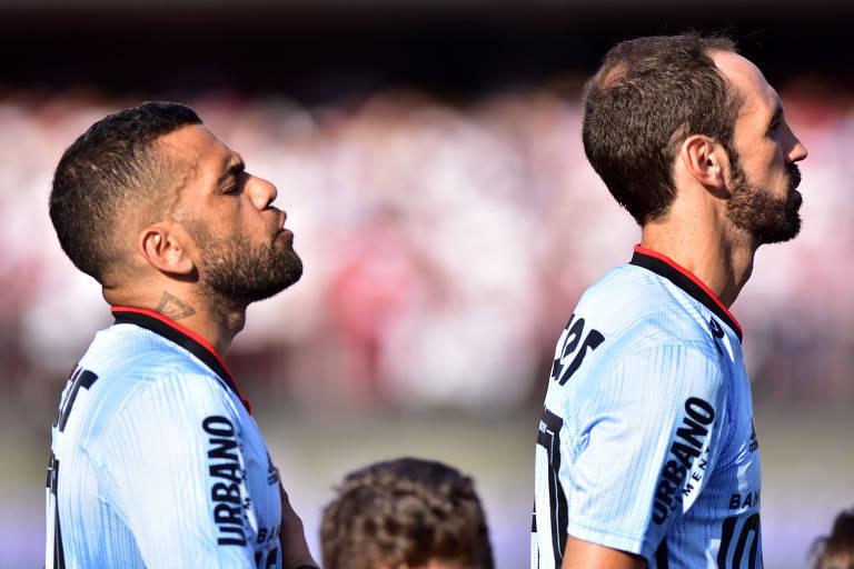 Daniel Alves e Juanfran durante execução do hino nacional, antes da partida contra o Ceará, pelo Campeonato Brasileiro