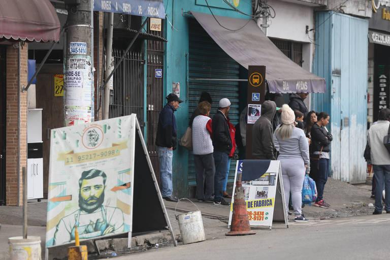 Parada de ônibus na estrada das Lágrimas, no bairro de Heliópolis (zona sul), sem cobertura e bancos, além de estar em uma calçada estreita