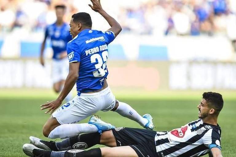 O zagueiro Gustavo Henrique comete falta no atacante Pedro Rocha