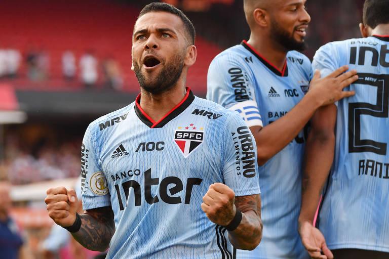 O estreante Daniel Alves comemora o gol da vitória do São Paulo sobre o Ceará