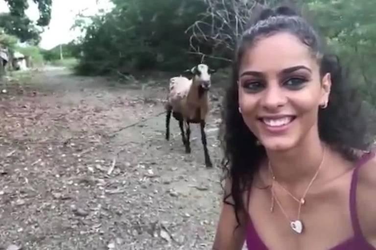 Garota leva coice de cabra ao tentar fazer selfie