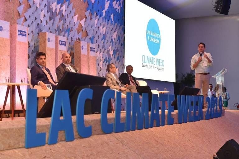 Na abertura da Climate Week, ACM Neto, prefeito de Salvador, o diretor agência de mudanças climáticas da ONU (UNFCCC), James Grabert, o diretor regional da C40, Manuel Oliveira, e o embaixador da Holanda, Kees van Rij; em pé, o secretário de sustentabilidade de Salvador, André Fraga.