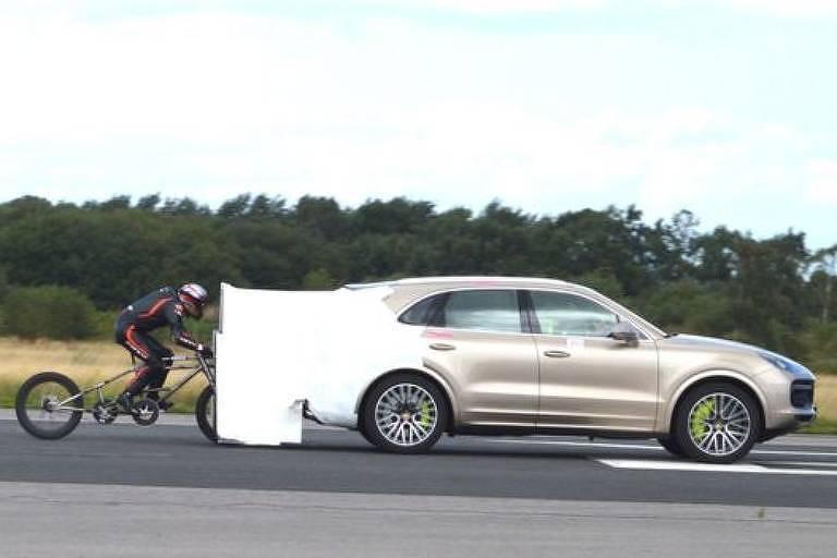 Um acessório foi adicionado à parte de trás do Porsche para ajudar a puxar Campbell ao longo da pista