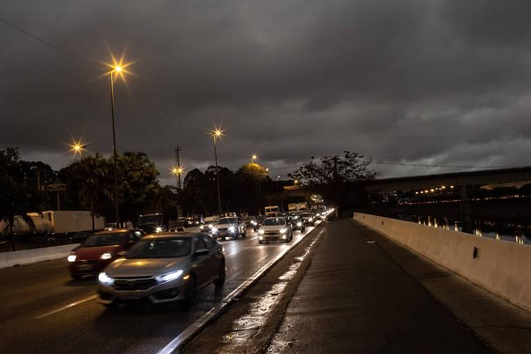 Foto feita por volta às 15h55, na Marginal Tiête, mostra céu escuro na tarde de São Paulo