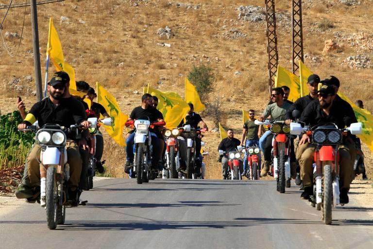 Integrantes do Hizbullah fazem desfile de moto carregando a bandeira do grupo em homenagem ao aniversário de 13 anos do fim da conflito armado com Israel