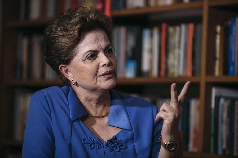 A ex-presidente Dilma Rousseff durante entrevista em seu apartamento em Porto Alegre (RS)