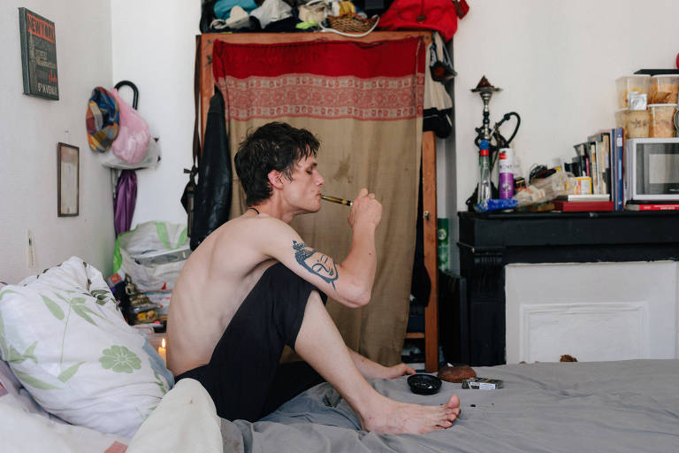 Charly Roué fuma crack em quarto de hotel no bairro de La Colline, em Paris