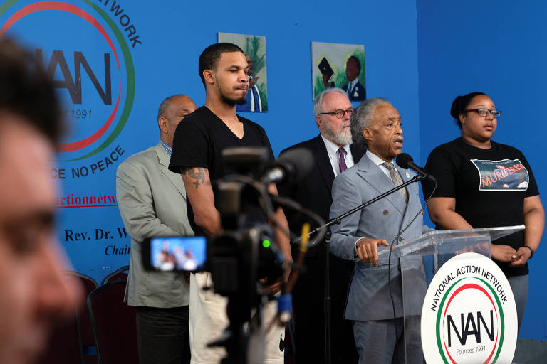 O reverendo Al Sharpton discursa após a polícia de Nova York anunciar a demissão de policial que sufocou Eric Garner em 2014