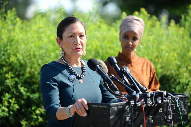 As deputadas democratas Deb Haaland (à esq.) e Ilhan Omar durante entrevista coletiva em julho em Washington
