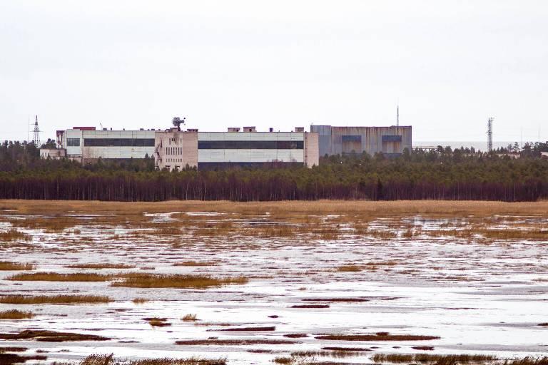 Imagem de novembro de 2011 mostra prédios de base militar na cidade de Nionoska, onde duas pessoas morreram após explosão