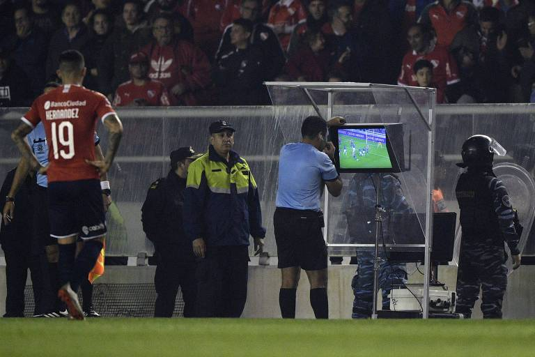 Árbitro peruano Diego Haro confere imagens na cabine do VAR durante o jogo do Independiente contra o Independiente del Valle, pela Copa Sul-Americana