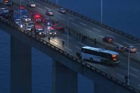 Homem armado faz passageiros de ônibus reféns na ponte Rio-Niterói