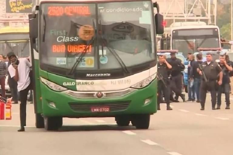 Sequestrador sai de ônibus com reféns na ponte Rio-Niterói