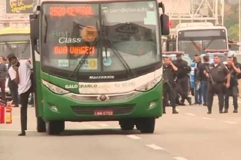 PM mata homem que manteve passageiros de ônibus reféns na ponte Rio-Niterói