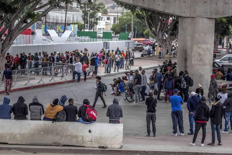 Migrantes aguardam por entrevista com autoridades migratórias dos EUA em Tijuana, no México