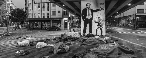 Sv£o Paulo, BRASIL. 23/06/2019. Pertences de moradores de rua ocupam uma calvßada embaixo do Minhocv£o em Sv£o Paulo. Ao fundo um grafite ironizando a relavßv£o entre o presidente Jair Bolsonaro e o presidente norte-americano Donald Trump. ( Foto: Lalo de Almeida/ Folhapress ) MUNDO  *** EXCLUSIVO FOLHA*** ORG XMIT: AGEN1907250755921133