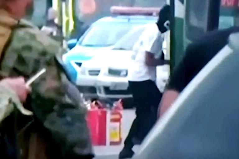 Momento em que sequestrador de ônibus é baleado por sniper na ponte Rio-Niterói na manhã desta terça-feira (20)