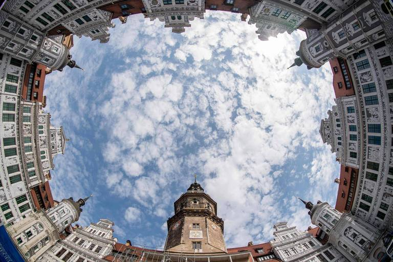 Foto panorâmica mostra uma vista do pátio do Castelo da Residência (Residenzschloss) em Dresden, na Alemanha