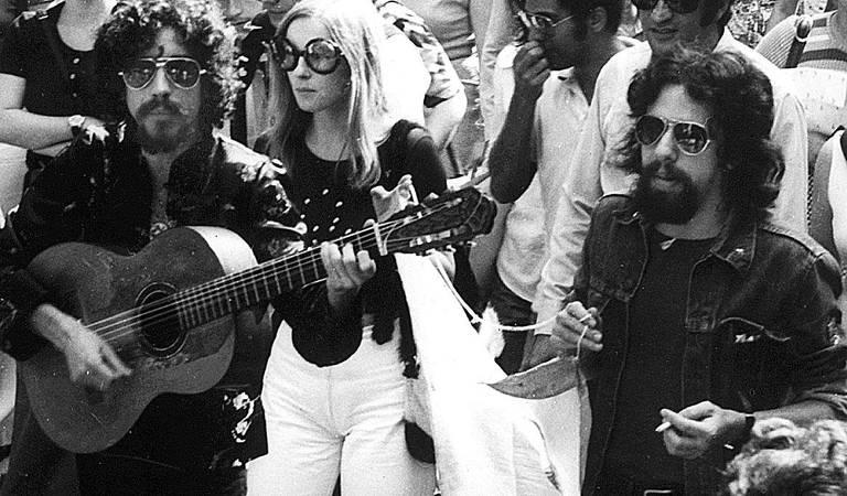"""O escritor Paulo Coelho ao lado do cantor e compositor Raul Seixas, parceria registrada na biografia """"O Mago"""", escrita por Fernando de Morais"""