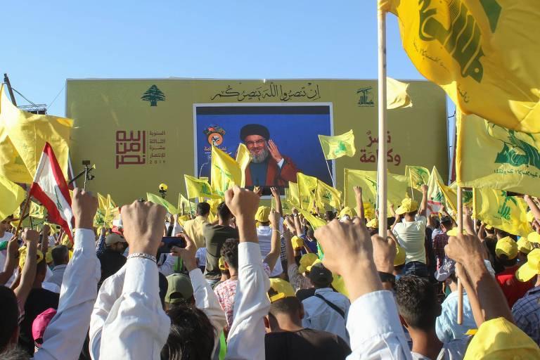 Apoiadores do Hizbullah participam de evento do grupo na cidade de de Bint Jbeil, no Líbano