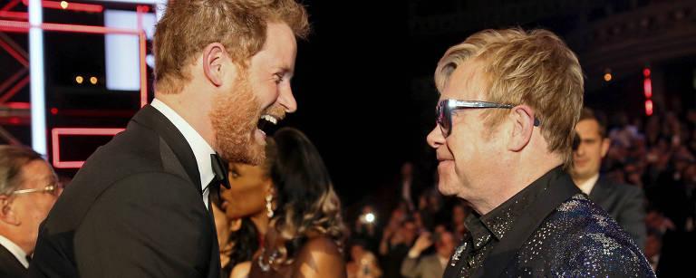 Príncipe Harry cumprimenta cantor Elton John em Londres