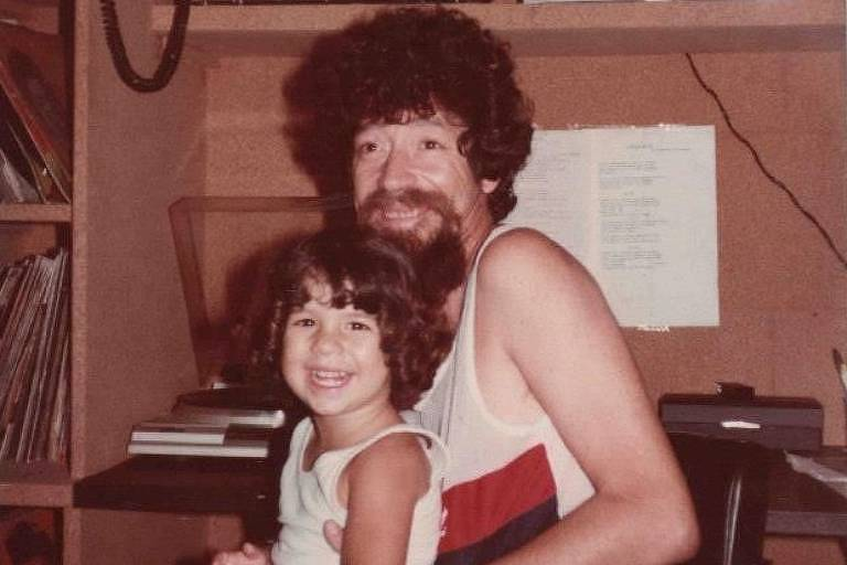 O cantor Raul Seixas com sua filha Vivi, em 1980