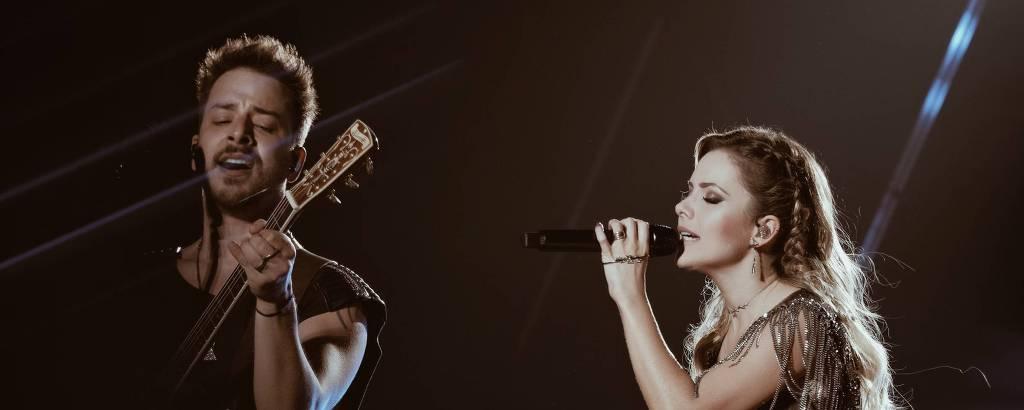 homem e mulher no palco