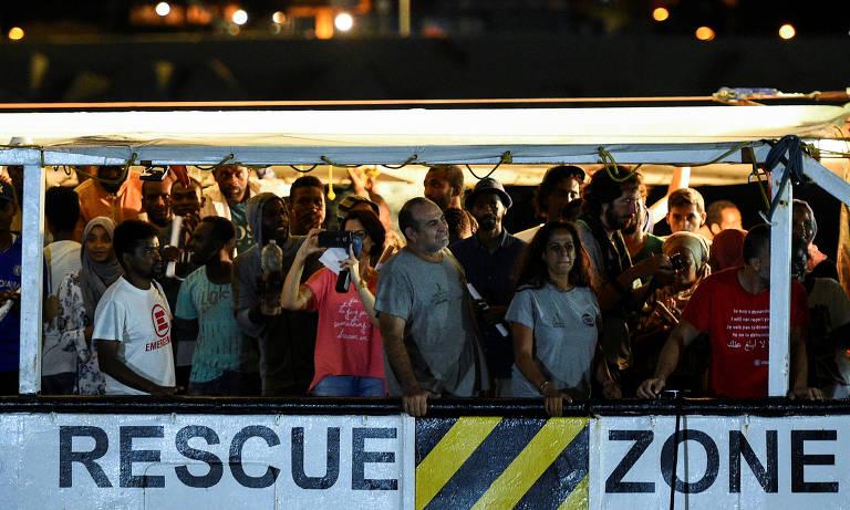 Migrantes do barco Open Arms desembarcam na ilha italiana de Lampedusa