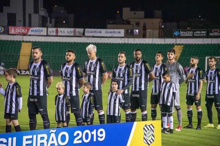 Jogadores do Figueirense antes de jogo contra a Ponte Preta, pelo Brasileiro da Série B