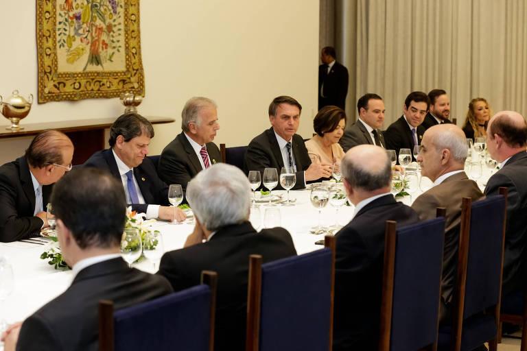 ministros e presidente sentados à mesa